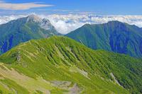 長野県 小仙丈岳と甲斐駒ヶ岳(左)とアサヨ峰(右)
