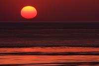 渦潮動く鳴門海峡の夕日