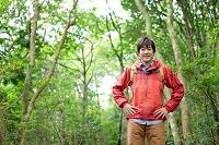 ハイキングをする男性