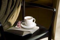椅子に置かれた本とコーヒー