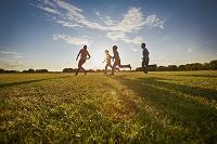 公園を走る外国人家族
