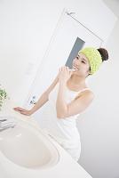 洗面所で歯を磨く女性
