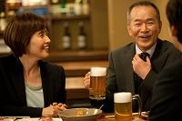 居酒屋で話をする日本人ビジネスマン