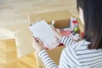 手紙を読む日本人女性
