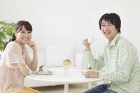 ティータイムを楽しむ若いカップル