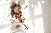 バイオリンをする女の子