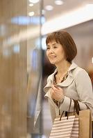 ウインドーショッピングをする中高年日本人女性