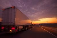 高速道路を走るトラック