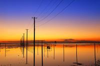 千葉県 久津間海岸 夕暮れの海中電柱と富士山