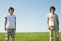 草原に立つ若い男性