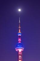 上海 東方明珠と月の夜景