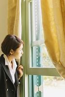 外を覗く女性