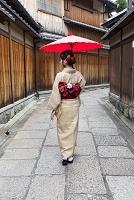 京都石塀小路 赤い傘をさした日本人女性