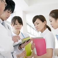ミーティングをする医者と看護師