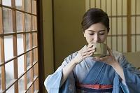 お茶を飲む着物の日本人女性
