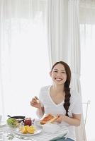 トーストにジャムを塗る日本人女性