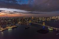 東京都 東京タワーとレインボーブリッジ夜景