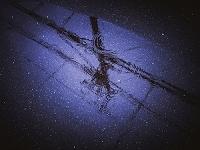 水たまりに映る波紋と電柱