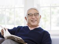 眼鏡をかけたシニアの日本人男性