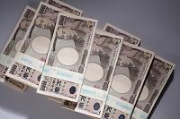 重ねた100万円の札束