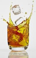 ウィスキーに落ちる角氷