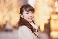 ライトアップした街を歩く日本人女性