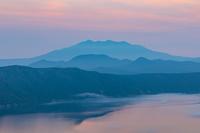 北海道 湖面を漂う霧と朝の摩周湖から斜里岳