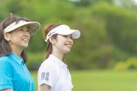 ゴルフをする母と娘