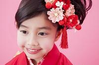 振り袖姿で微笑む女児