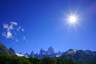 アルゼンチン フィッツロイと氷河湖 青空