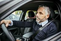 車を運転する外国人男性