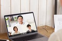 オンライン会議をする日本人のビジネスパーソン