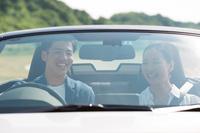 ドライブしているカップル