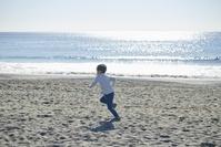 海岸で走る日本人の男の子