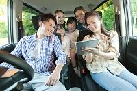車の中にいる日本人家族