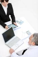 パソコンに向かう医師とビジネス女性