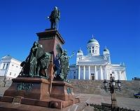 フィンランド アレクサンドル2世の像とヘルシンキ大聖堂