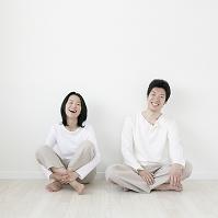 壁際に座る夫婦