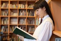 本を読む女子中高生