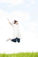 ジャンプする笑顔の日本人女性