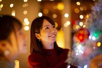 クリスマスツリーを見上げる日本人女性