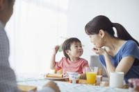 朝食を食べる日本人三人家族