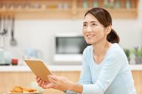 iPadを持つ中年日本人女性