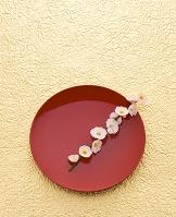 金紙と赤盆と梅
