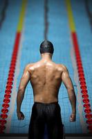 後ろ姿の水泳選手