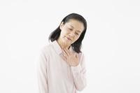 喉の調子が悪いシニアの日本人女性