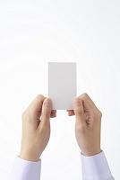 カードを差し出す女性
