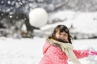 雪の中で遊ぶ日本人の女の子
