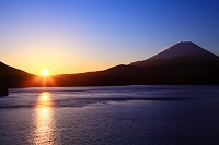 山梨県 本栖湖から富士山 日の出