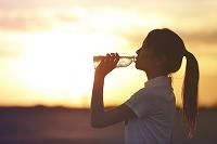 水を飲む日本人女性